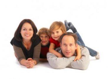 Шта је то што родитељ мора да пружи детету , а не види се?