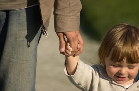 Како деци објаснити који људи су опасни по њих, а којима могу да верују