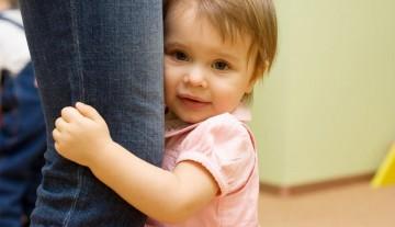 Како да охрабрите стидљиво дете