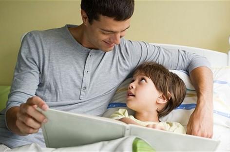 Зашто је за децу боље да им приче за лаку ноћ читају тате