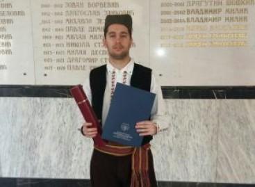 Филип је своју диплому правног факултета примио – у српској ношњи!