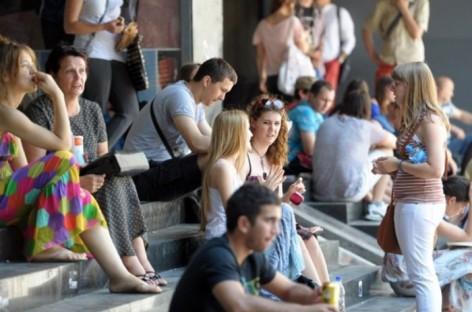 Млади у Србији воле родитеље, нису бунтовници, није им битно богатство