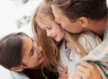Како емоционално интелигентан родитељ васпитава дете
