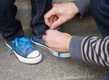 Син прошао с једном четворком, кад приметим да је мали обуо леву патику на десну ногу и обрнуто