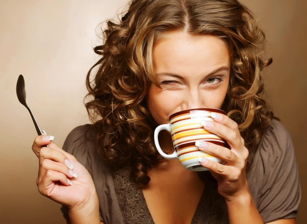 mama pije kafu
