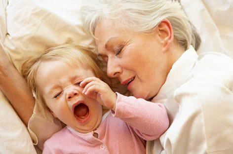 Прва ноћ без маме и тате – кад је право време и како да што лакше прође
