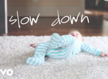 """Песма """"Успори"""" расплакала родитеље широм света: Зашто расту тако брзо… (ВИДЕО)"""