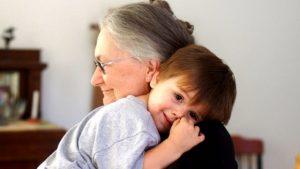 baka-zagrljaj-starenje-620x350