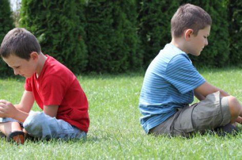 Не форсирајте децу да се извињавају – тиме им чините више штете него користи