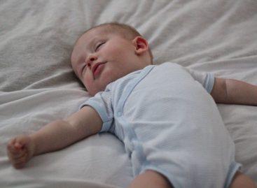 Небезбедан положај бебе у креветићу и постељина могу да доведу до нежељених последица