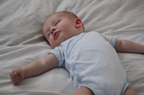 Зашто је важно  да бебе спавају на леђима