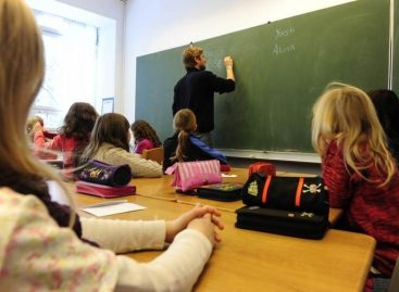 Ђаци у кецељама, учитељи и даље у ритама
