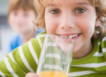 Многи родитељи нису ни свесни да давањем сокова и слаткиша својој деци праве медвеђу услугу