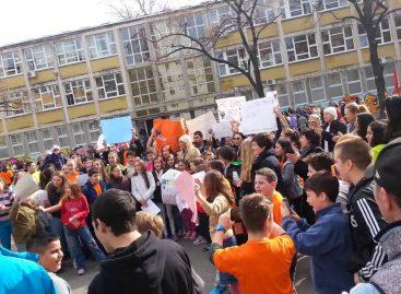 Због рационализације мреже школа штрајкују заједно ђаци, наставници и родитељи