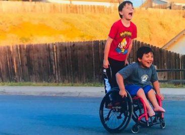 Осмогодишњак кришом сакупио новац за инвалидска колица најбољем другару