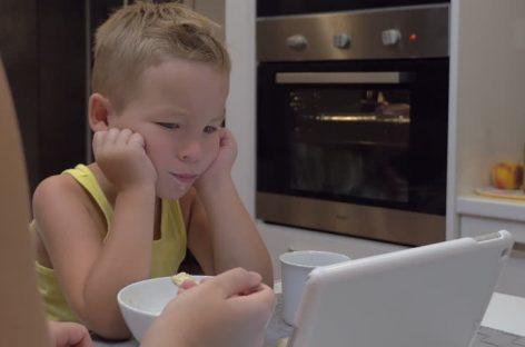 Смирујете и храните дете уз цртани? Прекините одмах. Откривена веза између гледања у екран и аутизма
