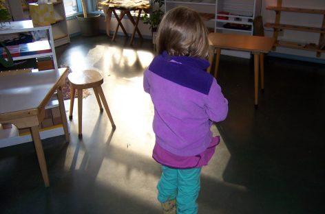 Montesori trik: Kako dvogodišnjak oblači jaknu za dve sekunde