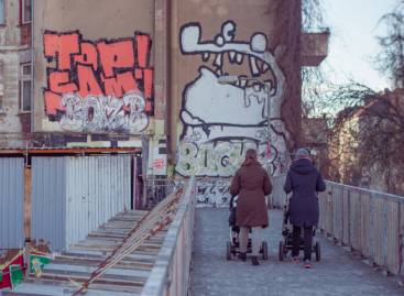 Маме у Србији: Раде више, плаћене мање и увек су 'главни кривци' за 'белу кугу'
