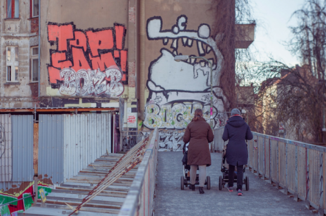 Mame u Srbiji: Rade više, plaćene manje i uvek su 'glavni krivci' za 'belu kugu'