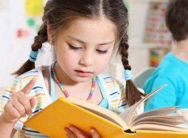 Уместо да девојчицама говорите да су лепе, боље их питајте шта воле да читају