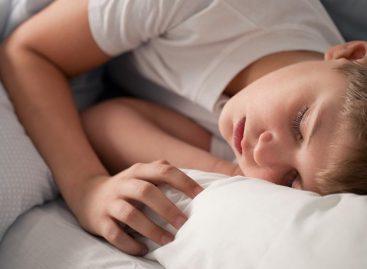 Deca treba da spavaju u mraku, izlaganje svetlu pred spavanje je opasno za njihovo zdravlje!