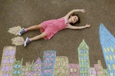 Понесите креде у боји у парк и направите деци забаву за памћење