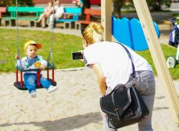 Ако се питате какве то маме буље у телефон док се деца играју, да вам објасним