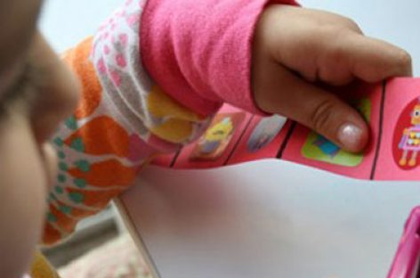 Због чега је важно да дете овлада вештином руковања маказама и како да му помогнете у томе?