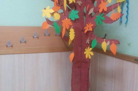 Јесењи мотиви у учионици (дрво, лишће и сунцокрети)