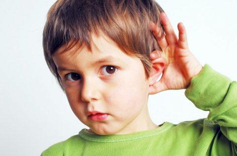 Prvi znaci da dete ne čuje dobro povezani su sa govorom